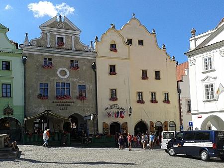 Dům čp. 11 na českokrumlovském náměstí je na snímku ten žlutý vpravo