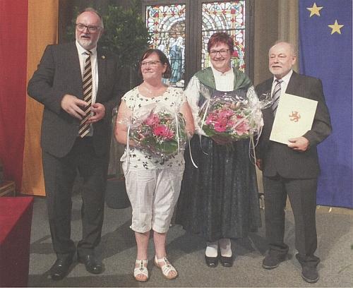 Při udělování kulturní ceny města Pasova roku 2019 stojí prvý zleva, druhá zprava všumavském kroji je jeho žena Theresie