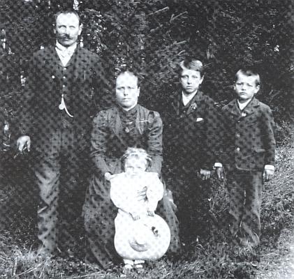 Jeho praděd z matčiny strany Franz Zodet (*1866), ze dnes zaniklé vsi Vitěšovičtí Uhlíři čp. 1, zachycený tu prvý zleva i se svou rodinou, tj. manželkou Marií (*1874) a dětmi Franzem, Josefem a Marií Zodetovými, na snímku vídeňského fotografa Rudolfa Schindlera