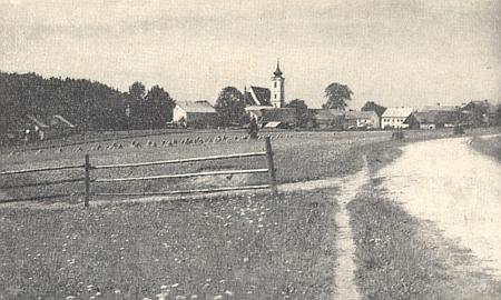 Rychnůvek s mandely na polích a za nimi s věží kostela sv. Václava