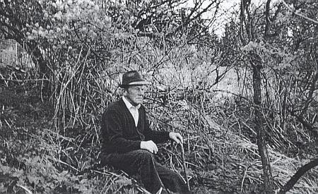 """Otec Franze a Fritze Bertlwieserevých Johann Bertlwieser, """"pochalupě"""" řečený """"Springer-Hansl"""", na místě, kde stálo rodičovské stavení čp. 26"""