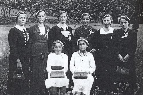 """Maminka Theresia Bertlwieserová v roce 1941 jako mladá """"pohřební družička"""" (nesly rakev nebožčinu) v Reiterschlagu stojí tu prvá zleva"""