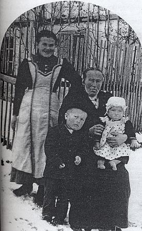 Otec Johann čtyřletý na snímku z roku 1916 s matkou a malou sestrou