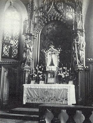 Někdejší oltář kostela ve Svatém Tomáši na staré fotografii, kterou redakci krajanského měsíčníku zaslala Franziska Profausová z Vídně
