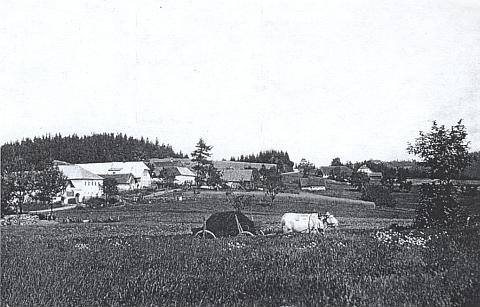 """Narodil se ve stavení čp. 7 v """"horním"""" Reiterschlagu, které je na tomto snímku z roku 1936 vidět druhé z leva s bělavou střechou..."""