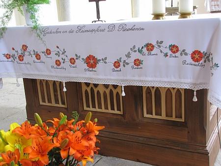 Ubrus na oltářním stole ve Svatém Tomáši s německými jmény většinou zcela zaniklých obcí kolem