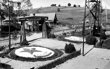 Snímek z roku 1956 zachycuje bránu do roty Pohraniční stráže na Pasečné