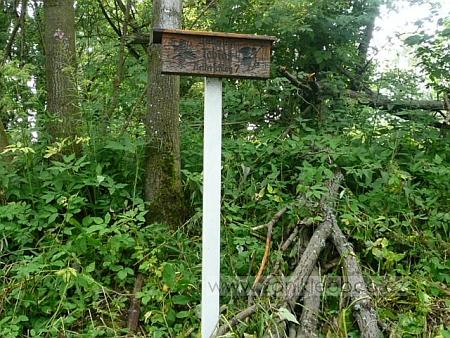 Tabulka na sloupu označuje místo, kde stál v dnešní Pasečné jeho rodný dům čp. 7