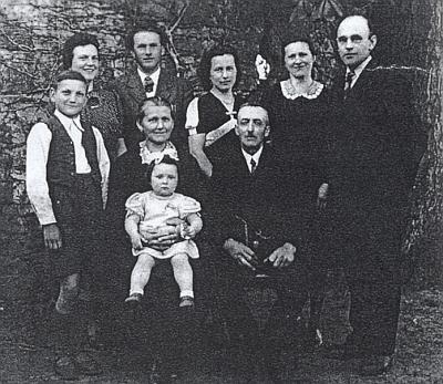 Rodina Josefa Bertlwiesera na prvním snímku pořízeném po odsunu - Johann Bertlwieser je tu zachycen stojící prvý zleva
