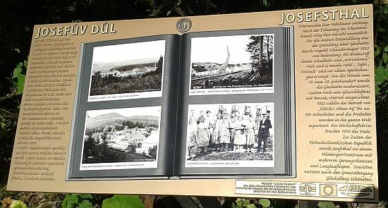 """Takto byl Josefův Důl stejně jako řada jiných šumavských obcí v roce 2015 připomenut informační tabulí vrámci projektu """"Album Šumavy"""""""
