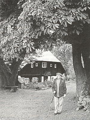 Sestra před rodným domem zvaným Kriegseisenhof (dnes Busil), který dosud stojí