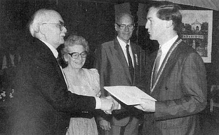 V roce 1990 přebírá spolu s Dr. Heinrichem Tutschku a Marií Frankovou, od níž napravo stojí, čestný tolar města Regen od starosty Wölfla