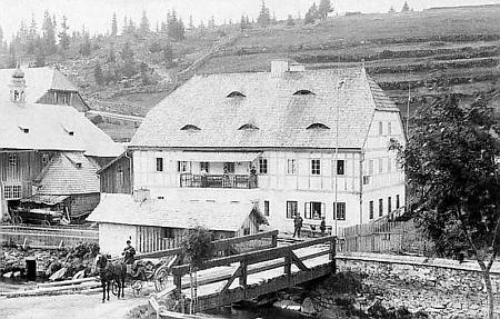 Budova bývalé Bienertovy pily na Modravě na snímku z roku 1886...