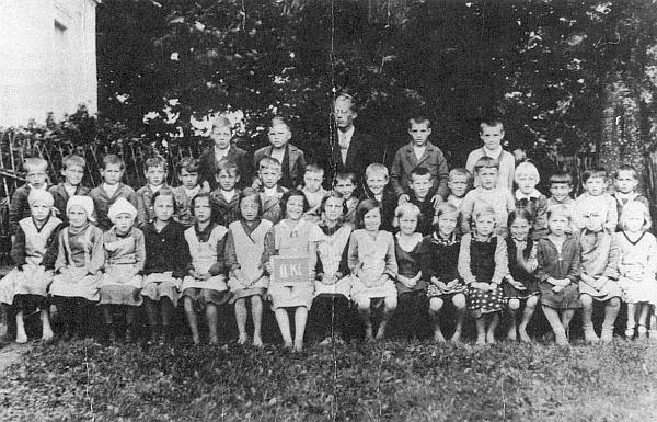 Sedmiletá Gerti Bieramplová na snímku se spolužáky z druhé třídy školy v rodném Pohoří na Šumavě sedí v první řadě čtvrtá zprava