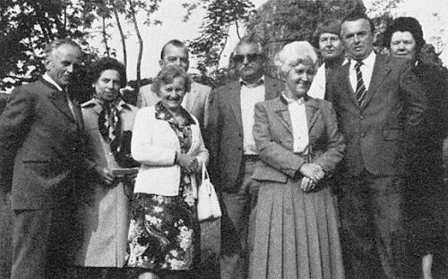 Na snímku z rodáckého setkání v Karlstiftu ze září roku 1981 stojí druhá zleva