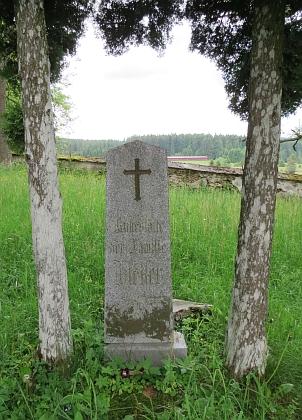 Náhrobek rodiny Hietlerových na hřbitově vPohoří