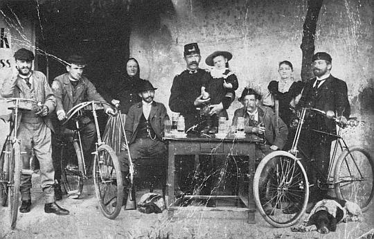 Vzácný snímek cyklistů z Pohoří na Šumavě z doby někdy kolem roku 1900, který zaslala krajanskému měsíčníku