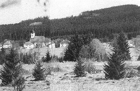 Jak patrno ze snímku Pohoří na Šumavě, pořízeného teleobjektivem zrakouské strany v roce 1988 a jí později zveřejněného, šlo ponásledném pádu železné opony ještě leccos zachránit, ale nestalo setak...