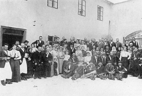 Svatební sešlost v hostinci u Dreilingů v Pohoří na Šumavě zaplnila zcela kout dvora