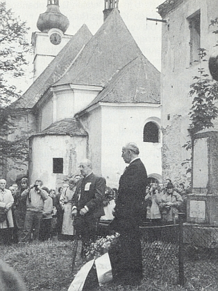 Na snímku z roku 1990 (ten dav tehdy za ním!) u pomníku padlých před bývalou školou v Pohoří na Šumavě - dnes jsou z ní jen trosky stejně jako zvedlejšího kostela