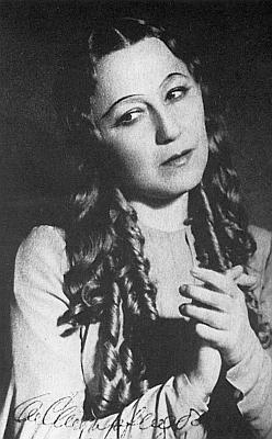 Olga Scheinpflugová se tu roku 1939 podepsala na snímek, zachycující ji vtitulní roli Billingerovy Čarodějky pasovské na scéně pražského Národního divadla