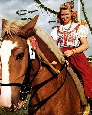 """Švédská herečka Kristina Söderbaumová v hlavní roli dívky """"od Vltavy"""" Anny Jobstové, která musí v závěru jako její matka utonout ve slati, poněvadž podle Goebbelsových slov, citovaných později režisérem Veitem Harlanem, přece nemůže ta """"selská kurvička"""" vPraze svedená, porodit """"českého spratka"""", který by nakonec mohl  i """"zdědit statek"""" - hudební doprovod tvoří přitom ve snímku i Smetanova hudba z """"Prodané nevěsty"""" a ovšem i symfonické básně """"Vltava"""" a snímek sám byl natáčen v pražských ateliérech na Barrandově"""