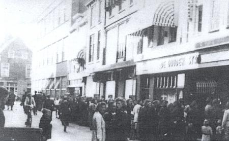 ... a fronta na film Goldene Stadt v okupovaném Nizození roku 1943 (i Simone Signoretová vzpomíná, že v pařížském kině Normandie běžel po premiéře plných dvacet týdnů)