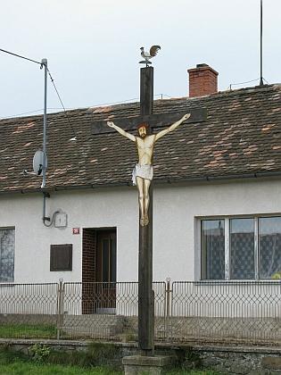 """Dva snímky """"kohoutího"""" kříže v jihomoravské Rozkoši (části vsi stím křížem se říká """"Pajón"""")"""