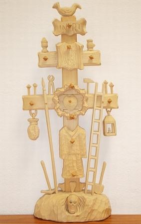 Kohoutí kříž jako řezbářská práce ze současné Šumavy: autorem je Jan Houška z Prachatic