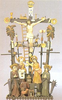 """Kohout nechybí ani na tomto vyřezávaném kříži z Bodenmais, či jak se dříve také česky říkalo, z """"Boží Mysli"""""""