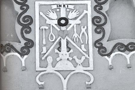 """Štít proslulého zedníka Jakuba Bursy v Dolních Nakvasovicích (okr. Prachatice) na kresbě Josefa Brože z doby někdy kolem roku 1920 a detail štukového motivu """"Arma Christi"""" v jeho středu na snímku z roku 2012 skohoutem vpravo u paty kříže"""