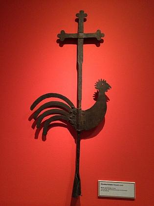 Kohout na kříži z kostelní věže (ze sbírek Hammerherrenmuseum im Amonhaus, Lunz am See)