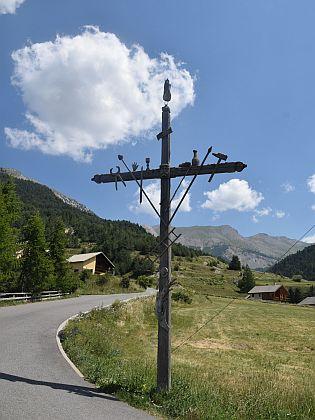 Francie do třetice: kohoutí kříž v ve vesnici Ceillac v alpském masivu Queyras