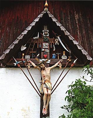 """Další """"Arma-Christi-Kreuz"""" ve vsi Gegenbach v Bavorském lese s kohoutem tentokrát na špici stříšky"""