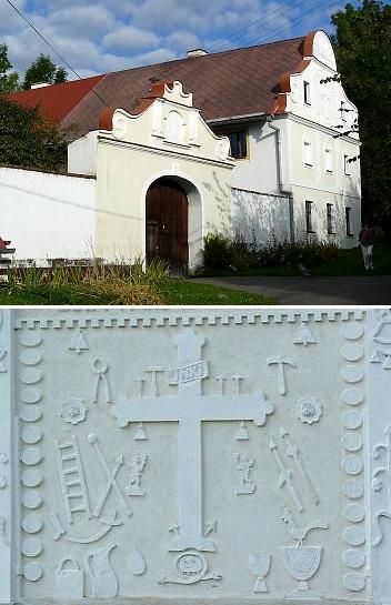 Ani na zdobném štítu usedlosti U Dudáků v Libotyni neopomněl Jakub Bursa zachytit kohouta mezi symboly Kristova umučení