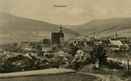 Jiná pohlednice Josefa Seidela, zachycující město s pozadím Libínského Sedla, na svahu Libína jsou patrné Markétiny lázně a v popředí vidíme skalku, zvanou kdysi Schillerova