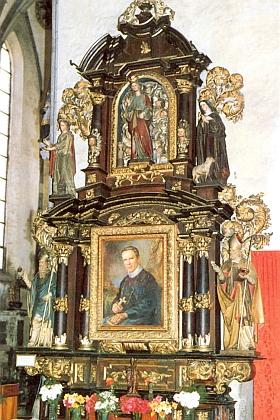 Pravý boční oltář kostela sv. Jakuba v rodných Prachaticích s obrazem Jana Nepomuka Neumanna na snímku Helmuta Bindera z roku 1989