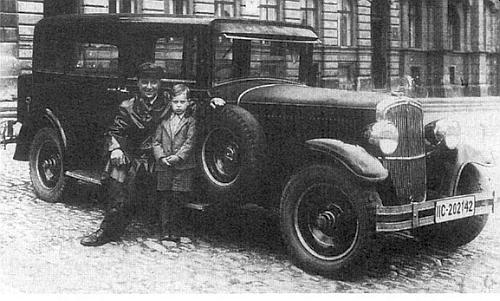 ... a roku 1939 na prachatickém náměstí s Helmuthovým starším bratrem usvého taxi