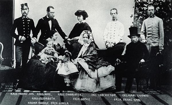 Angererova fotografie císařské rodiny ve Vídni z roku 1861 (stojící vlevo je císař František Josef, sedící nalevo císařovna Alžběta /Sissi/ se synem Rudolfem na klíně)