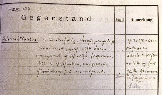 """Zápis v inventáři zámku Hluboká z konce 19. století eviduje koupi """"Delfínového kabinetu"""" (zde """"Schreibkasten"""", tj. """"psací sekretář"""") """"aus dem Nachlasse des Adalbert Stifter"""", tj. ze Stifterovy pozůstalosti"""
