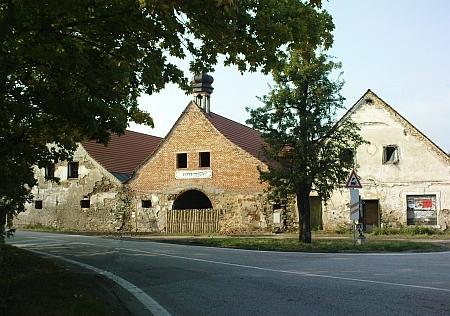 Zájezdní hostinec Veselka, sloužící jako přepřahací stanice koněspřežky, na snímcích z roku 1933 a 2009 - zdevastovaný objekt je od roku 1999 postupně rekonstruován