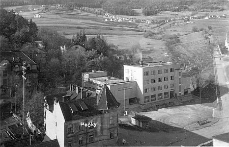 """Větřní na pohlednici označené ještě Pečky podle Pečkovského mlýna (Pötschmühle), vlevo vpředu nejmarkantnější dlouho budova hostince """"Spitzwirt"""", ve středu moderní reprezentativní budova """"Werkshaus"""" z roku 1938"""