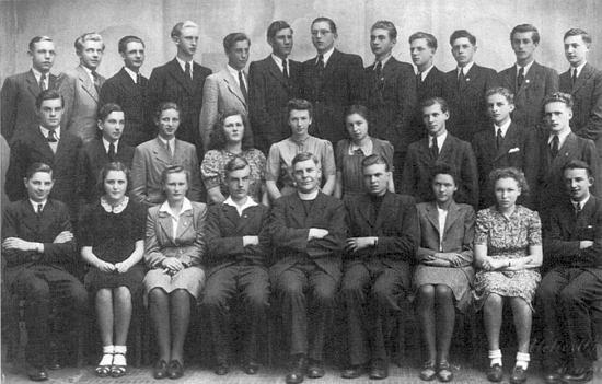 Poslední maturitní třída německého krumlovského gymnázia - Lotta Schinko sedí v první řadě druhá zprava, čtvrtý zleva sedí Arno Kny