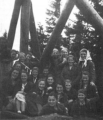 Na Smrčině 1940 sedí sedmá zprava v šátku
