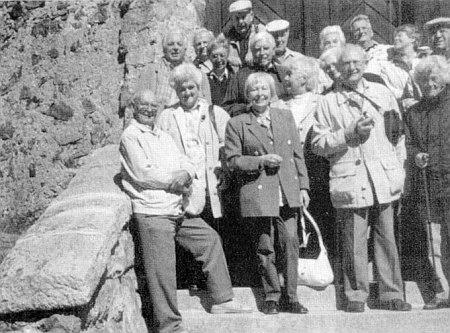 """Schody """"Josefské věže"""" na Kleti s někdejšími krumlovskými maturanty, mezi nimiž stojí ve druhé řadě prvá zleva"""