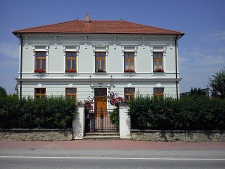 Budova bývalé německé školy v rodných Homolích, dnes sídlo obecního úřadu