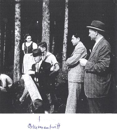 """Dva snímky z """"biologického výletu"""" německé Oberschule für Jungen v České ulici za protektorátu 20. června 1941, který skončil v hostinci a který vedl mj. i Bitzanův tehdejší profesor Friedrich Blumentritt, na jednom zamatérských snímků zachycený (""""autorem"""" snímků z výletu je Tassilo Bitzan, ale spoušť v prvním případě musel zmáčknout někdo jiný)"""
