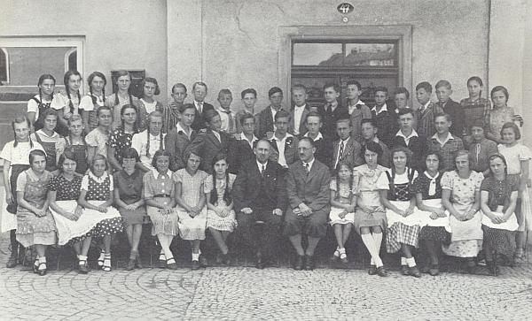 Mezi spolužáky z vyšebrodské měšťanky tu stojí v červnu 1937 v zadní řadě sedmý zprava