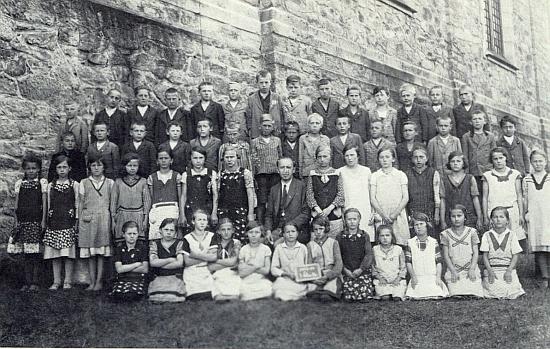 Se spolužáky ve třetí třídě obecné školy v Kapličkách a svým otcem uprostřed druhé řady stojí v té poslední při zdi kostela s50 metrovou věží (samy Kapličky ležely 950 metrů nad mořem) čtvrtý zprava