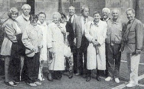 Snímek z roku 1994 ho zachycuje na setkání českobudějovických abiturientů se ženou Giselou (ta v brýlích) stojícího druhého zleva